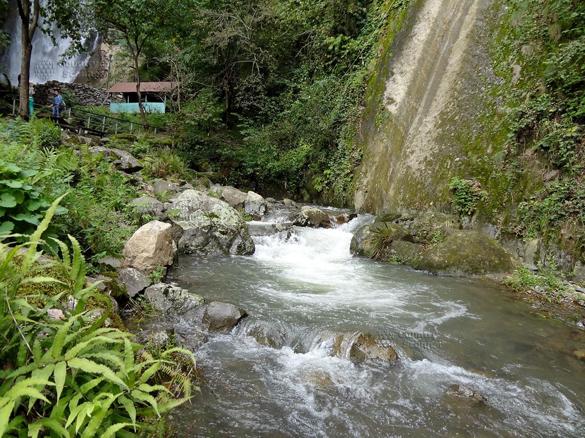 Место для купания у подножья водопада Махунцети