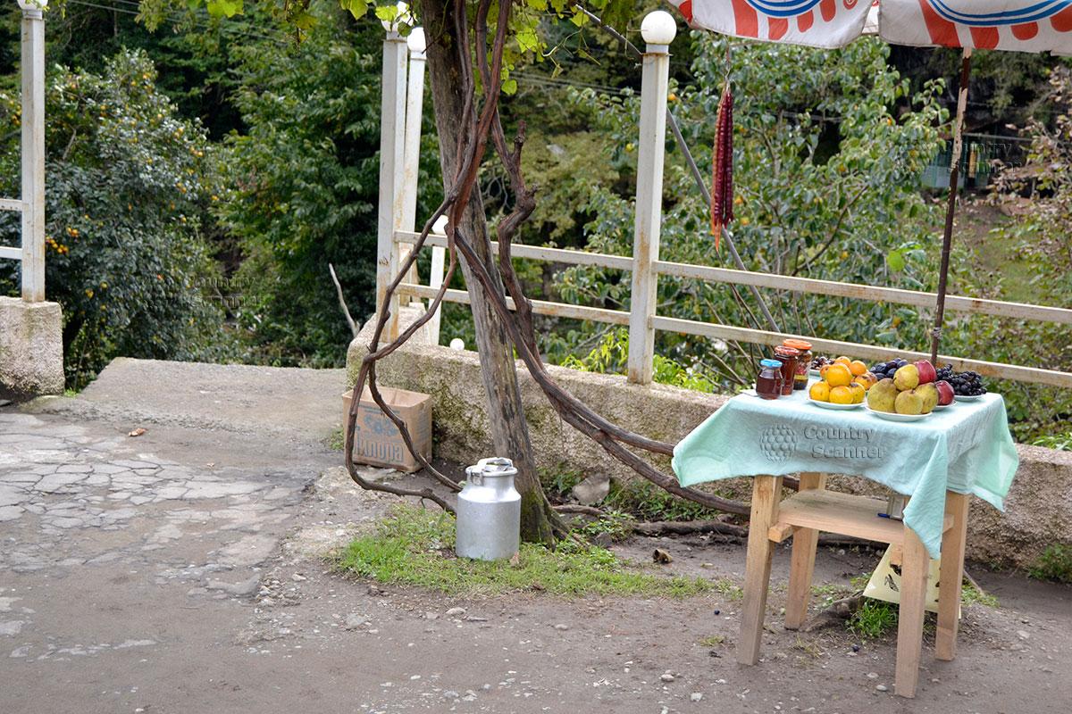 Организованная торговля возле водопада Махунцети