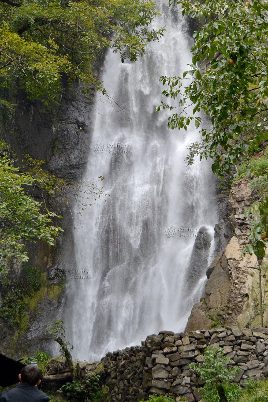 Могущественный водопад Махунцети