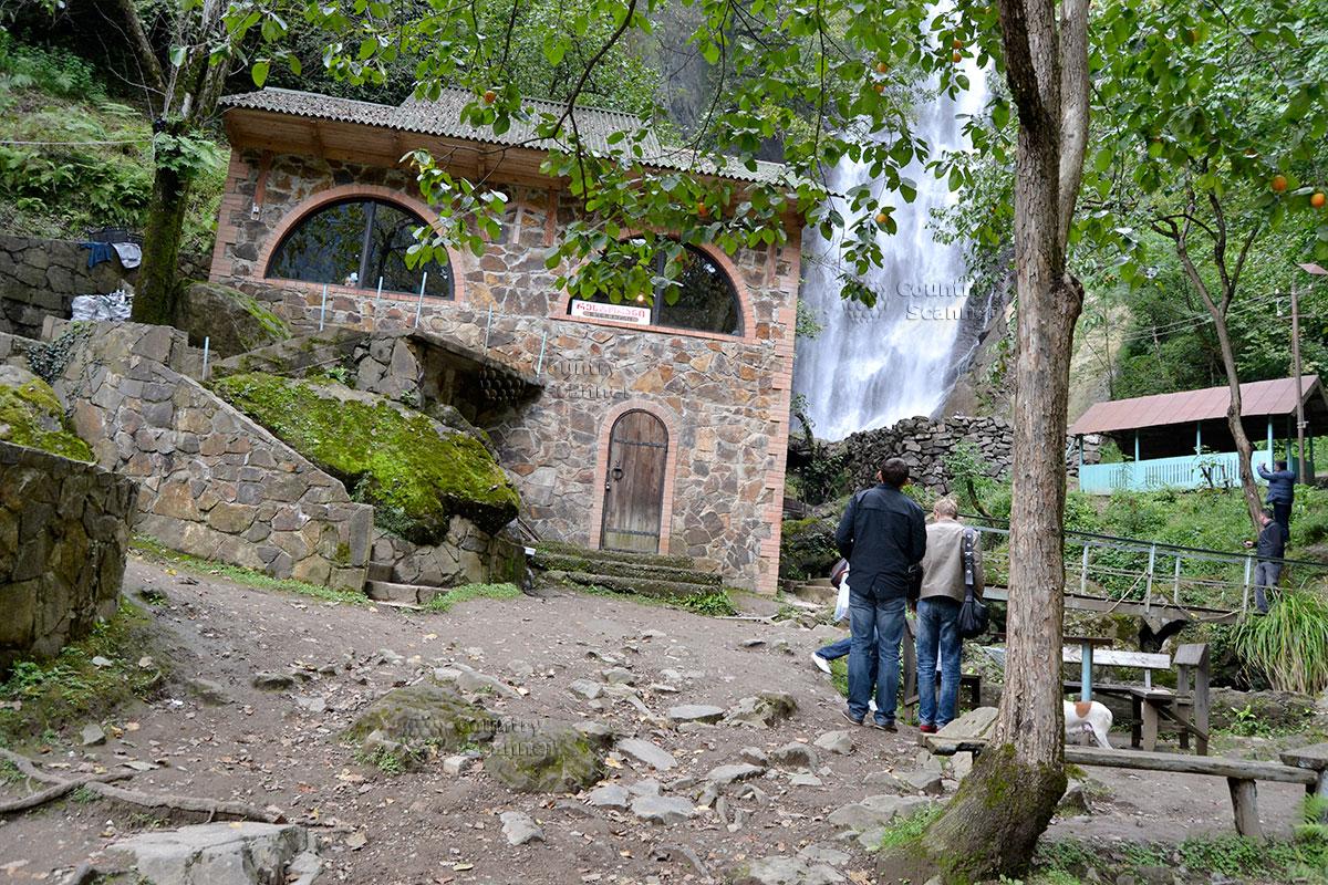 Кафе и беседки возле водопада Махунцети