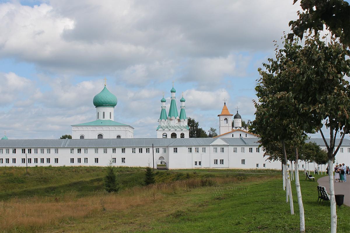 Панорама сооружений Троицкого соборв в Свято-Троицком Александра Свирского мужском монастыре.