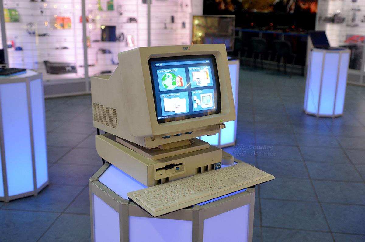 Галерея компьютерной эволюции. Типичный ПК первого поколения.