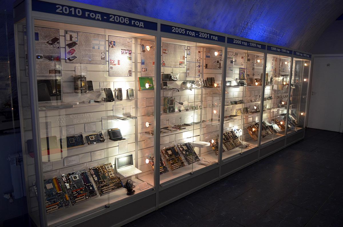 Хронологическая витрина галереи компьютерной эволюции.