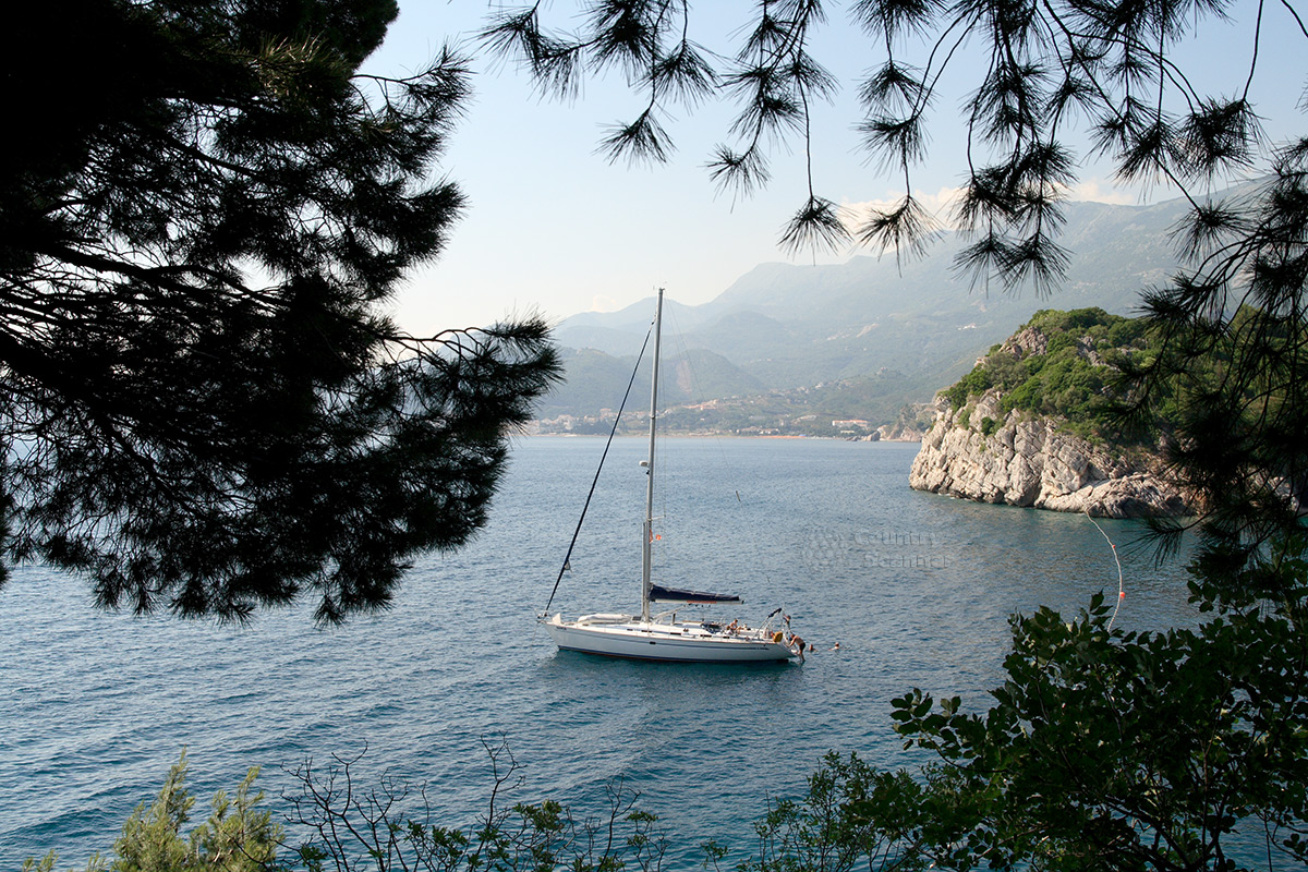 Прогулочный катер у берегов острова Святого Стефана.
