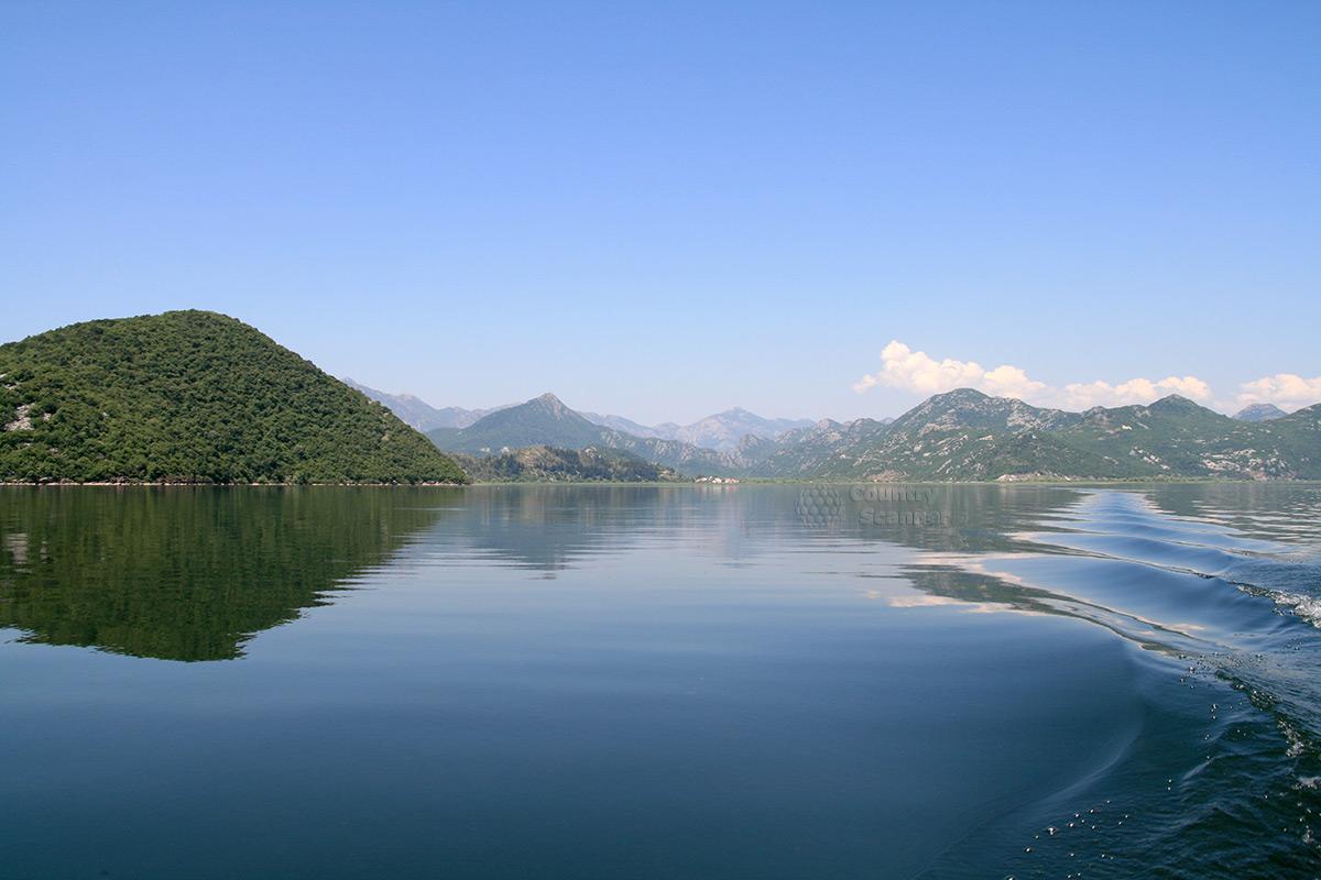 Водная гладь Скадарского озера в окружении гор.