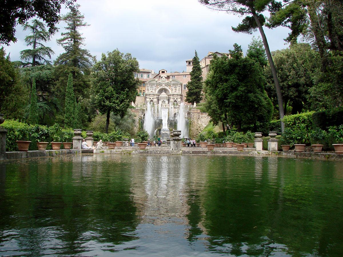 Общий вид усадьбы виллы д' Эсте со стороны бассейнов.