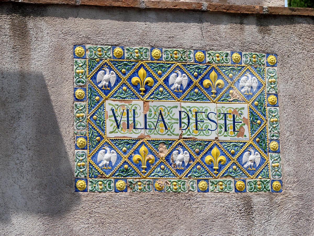 Изразцовая табличка на входе виллы д'Эсте.