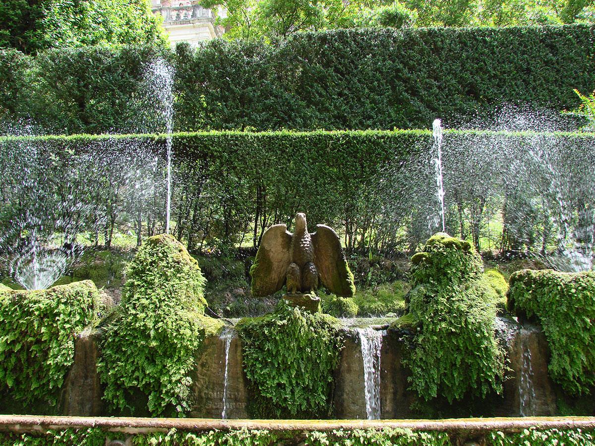 Орел кардинала на стене фонтанов виллы д' Эсте.