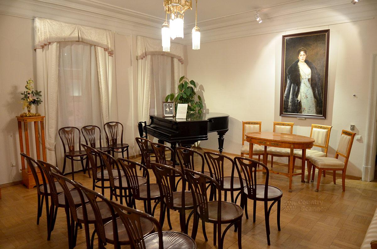 Общий вид гостиной квартиры Андрея Белого. Портрет М. Морозовой.