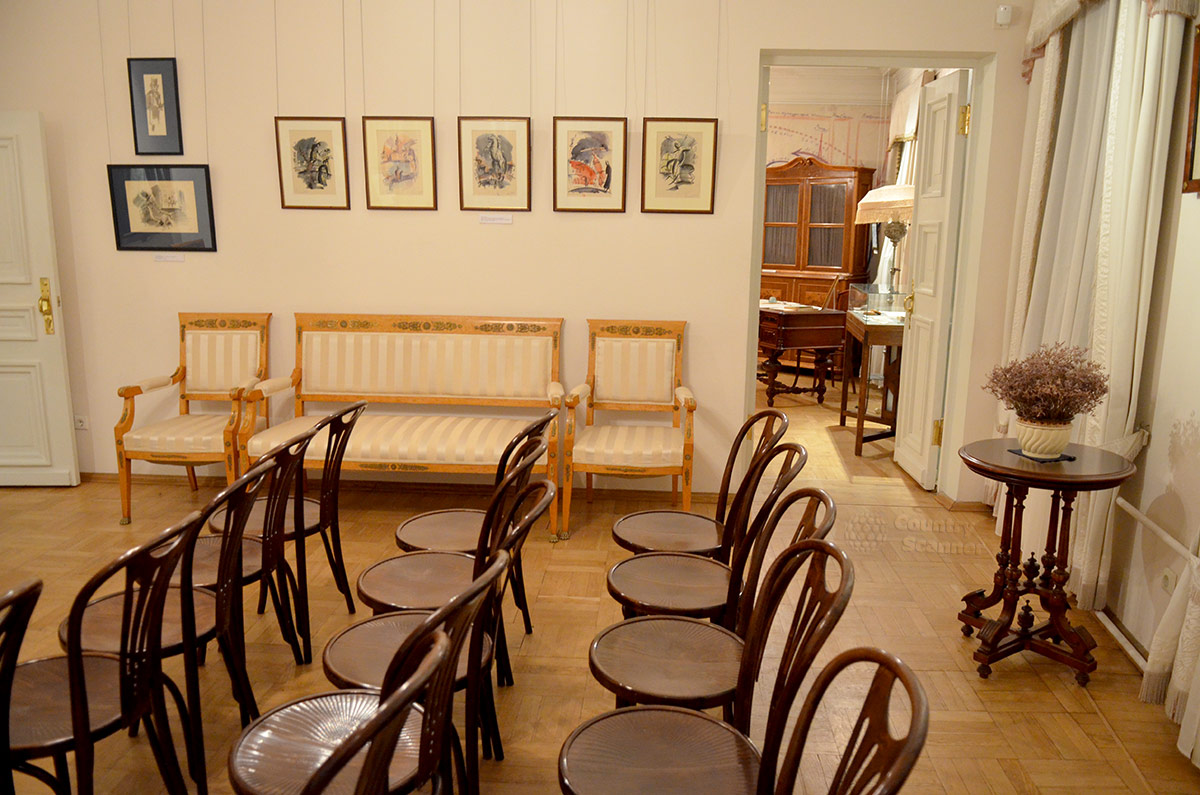 Квартира Андрея Белого. Стулья для посетителей в гостиной.