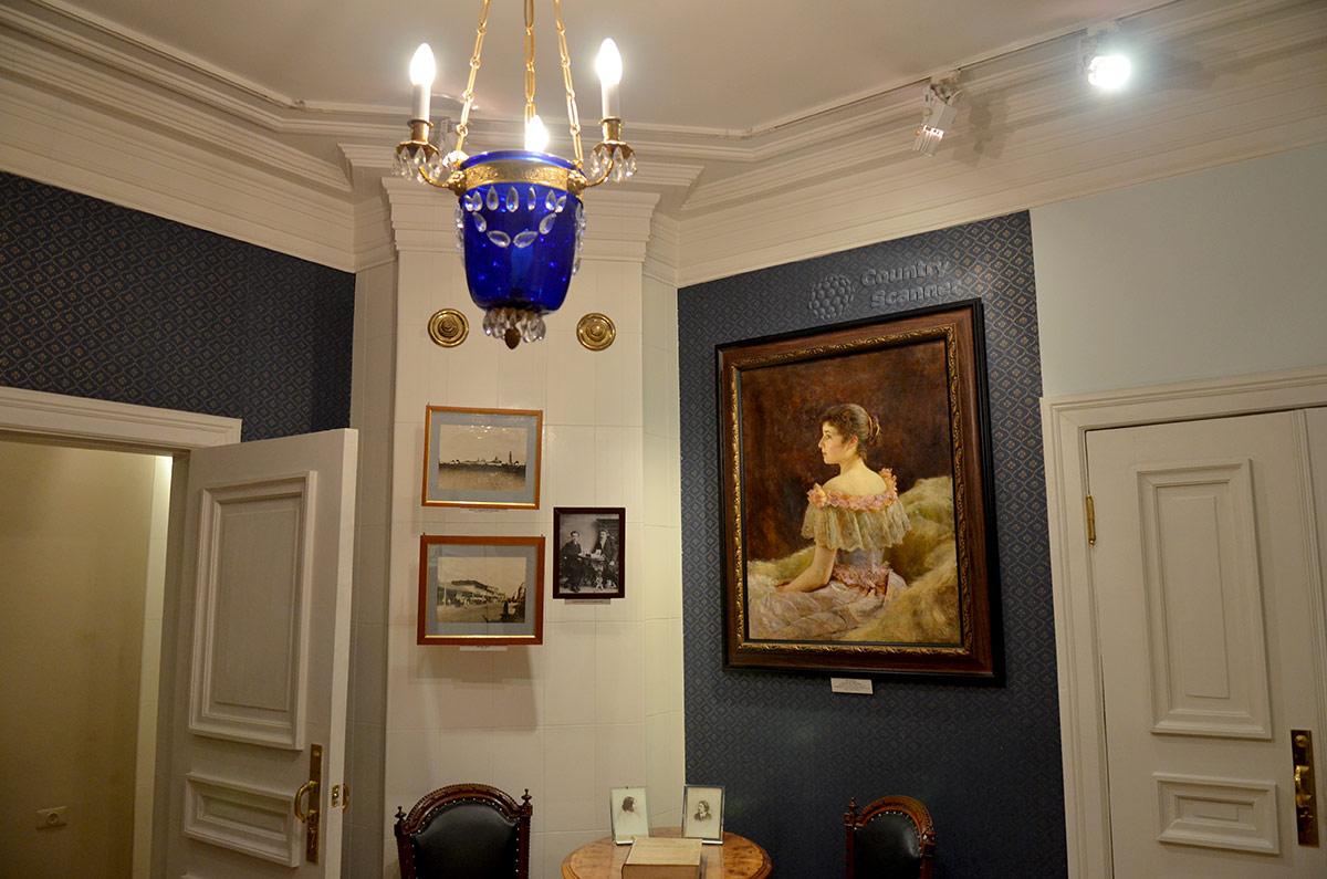 Уголок комнаты матери писателя в мемориальной квартире Андрея Белого.
