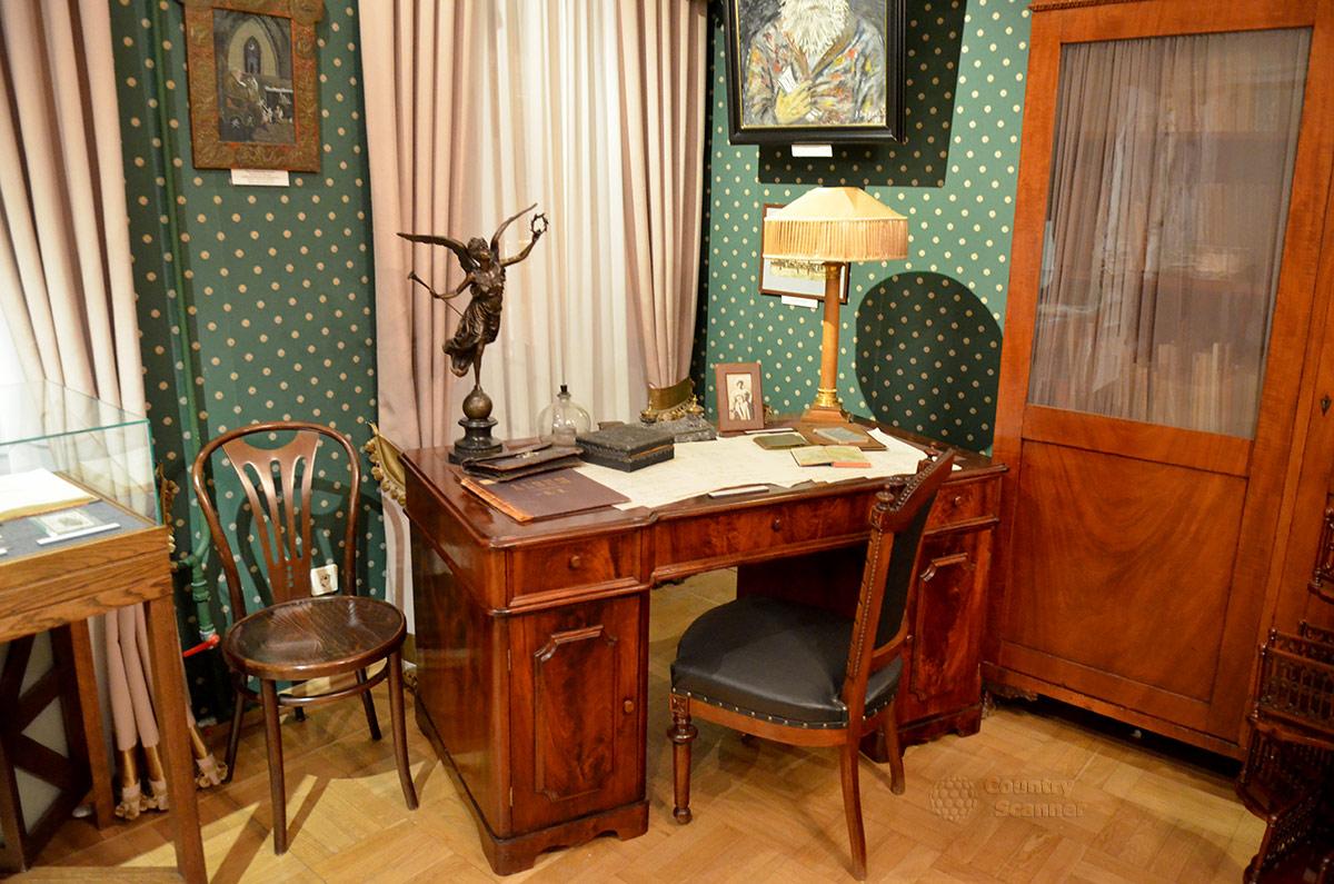 Письменный стол отца в профессорском кабинете квартиры Андрея Белого.