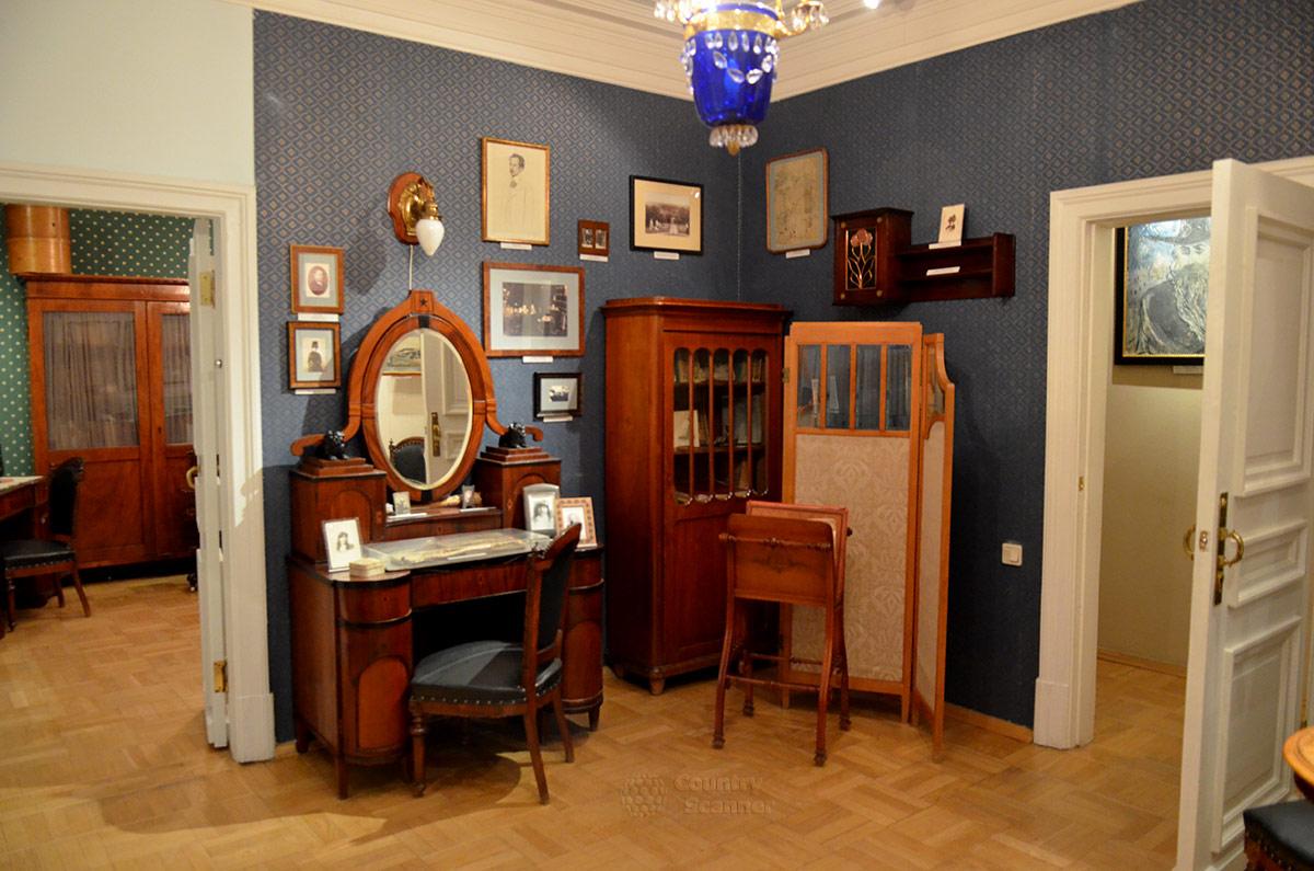 Туалетный столик и другие предметы обстановки комнаты матери в квартире Андрея Белого.