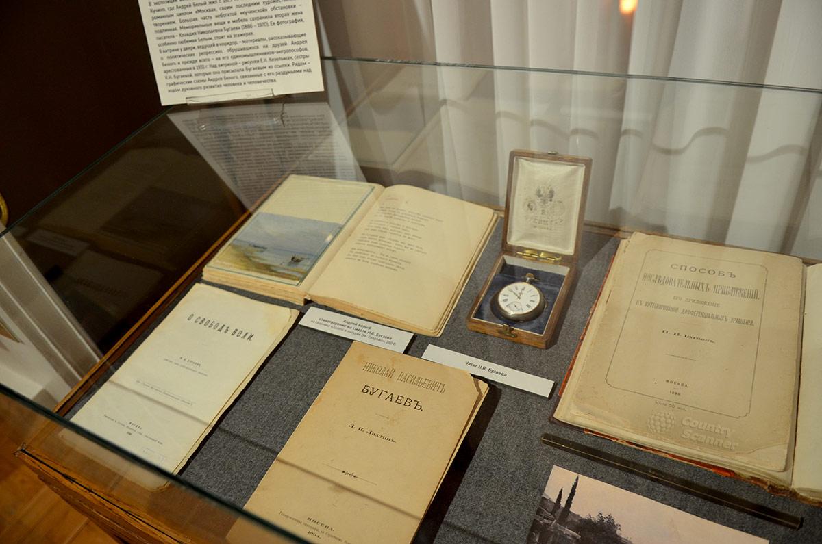 Квартира Андрея Белого. Витрина с произведениями и личными вещами отца писателя.