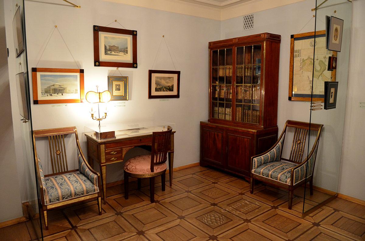 Уголок квартиры Пушкина на Арбате с экспонатами из родового имения Гончаровых.