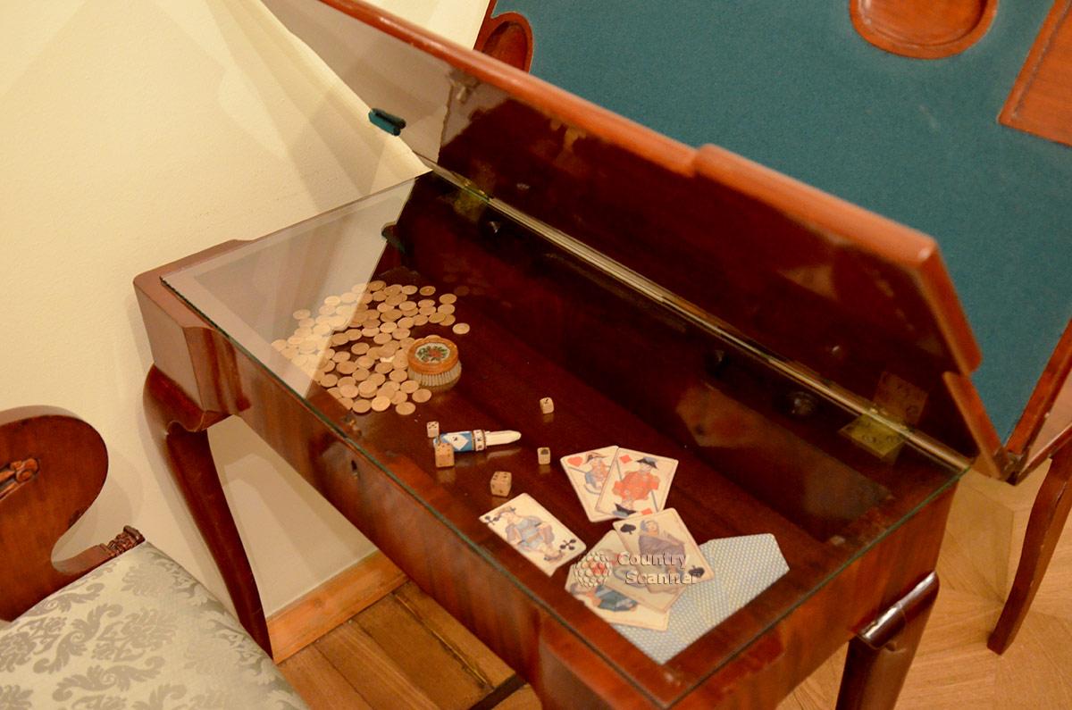 Квартира Пушкина на Арбате. Игральный столик жены одного из друзей поэта.