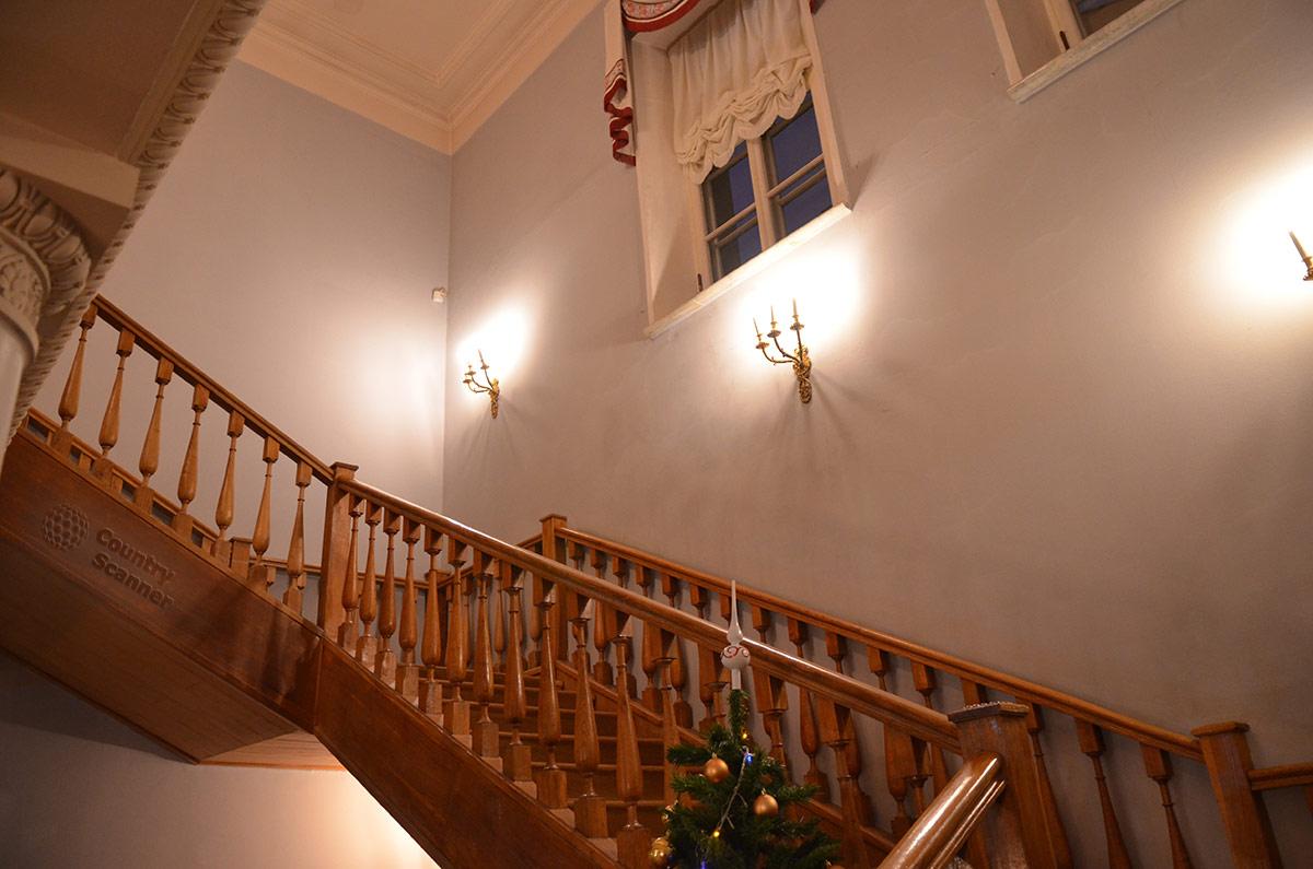 Лестница на второй этаж особняка, к комнатам поэта в квартире Пушкина на Арбате.