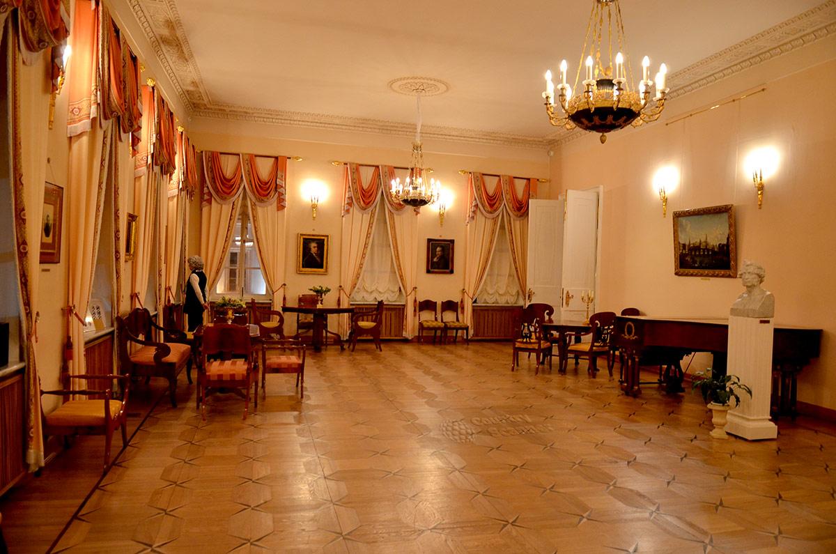 Большая гостиная квартиры Пушкина на Арбате. Рояль, портреты участников мальчишника, бюст поэта.