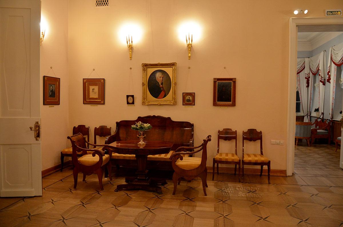 Еще один уголок большой гостиной в квартире Пушкина на Арбате.