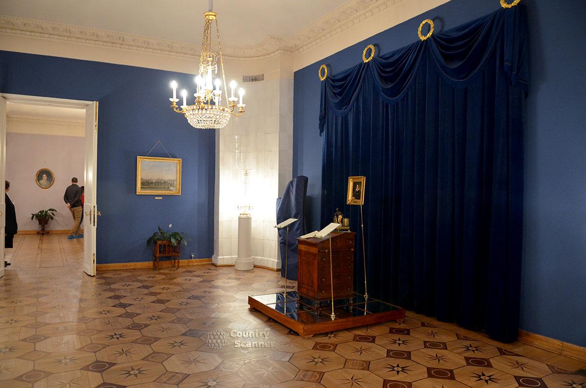 Центральный зал квартиры Пушкина на Арбате. Подлинная конторка для письма, принадлежавшая великому стихотворцу.