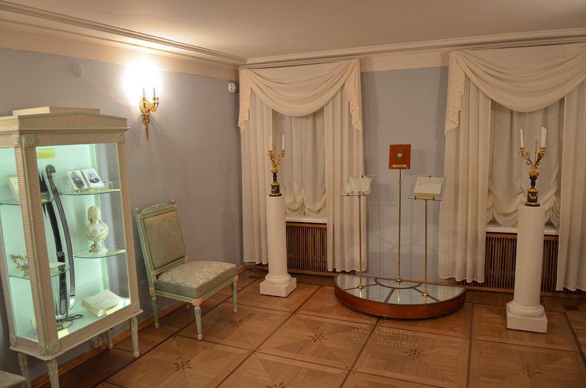 Одна из жилых комнат квартиры Пушкина на Арбате. Здесь выставлены предметы, принадлежавшие детям и внукам поэта.