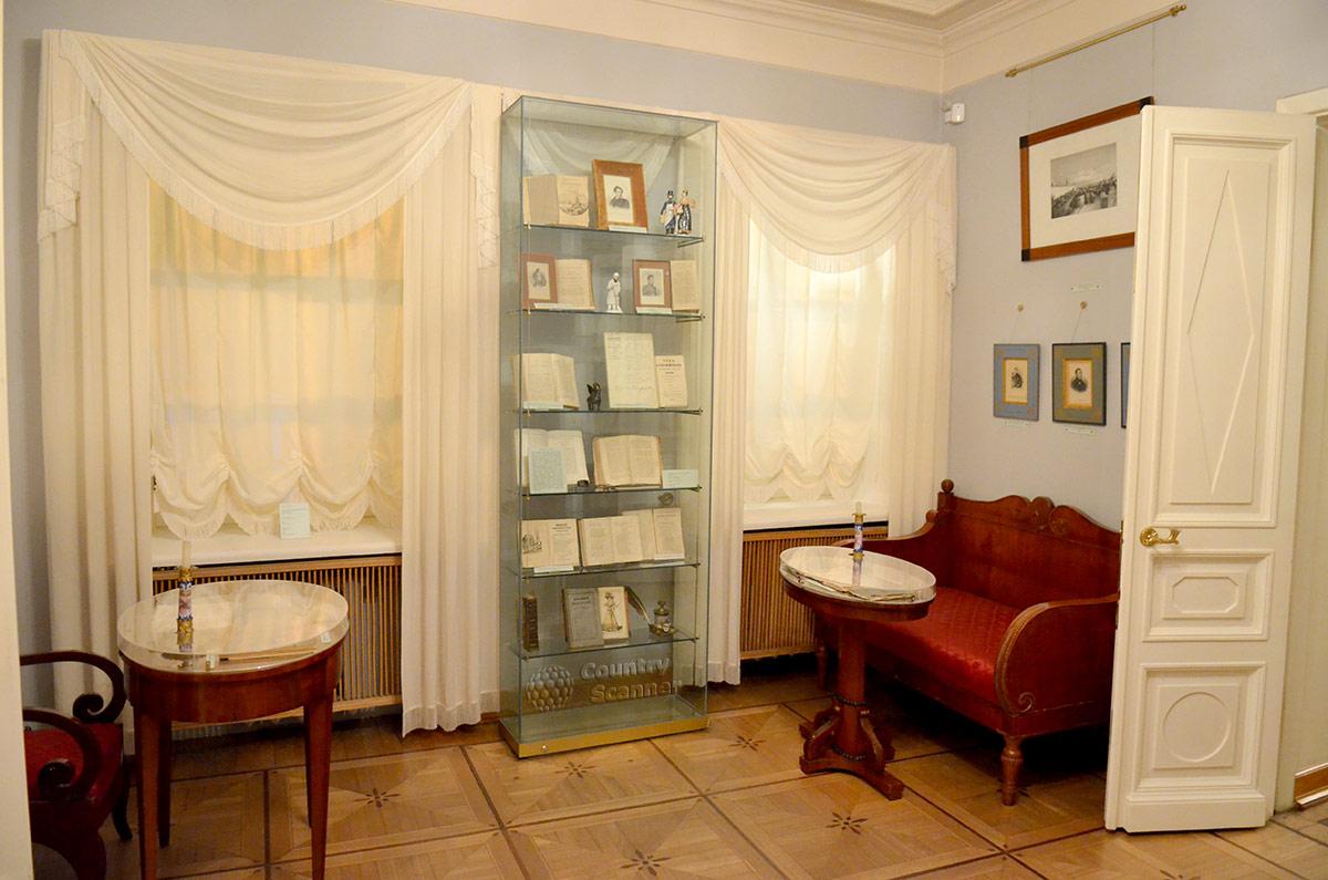 Два столика возле окон одной из комнат квартиры Пушкина на Арбате (первый этаж).