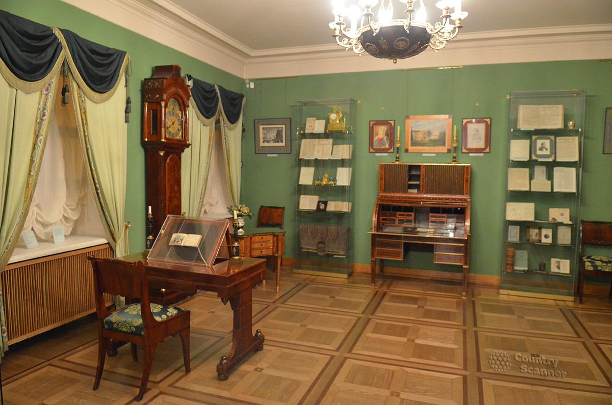 Гостиная первого этажа квартиры Пушкина на Арбате. Комната оформлена в зеленых тонах и обставлена богаче других.