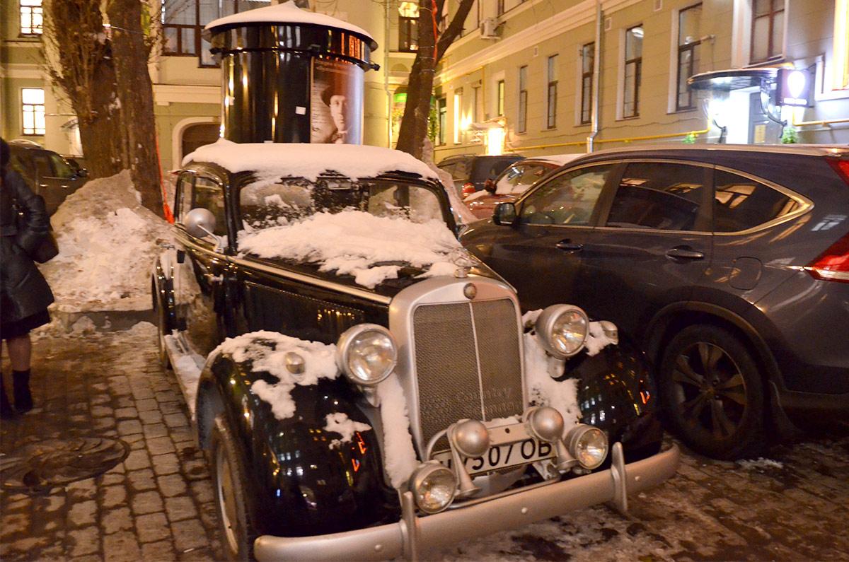 Ретро – автомобиль и афишная тумба возле музея Булгакова.