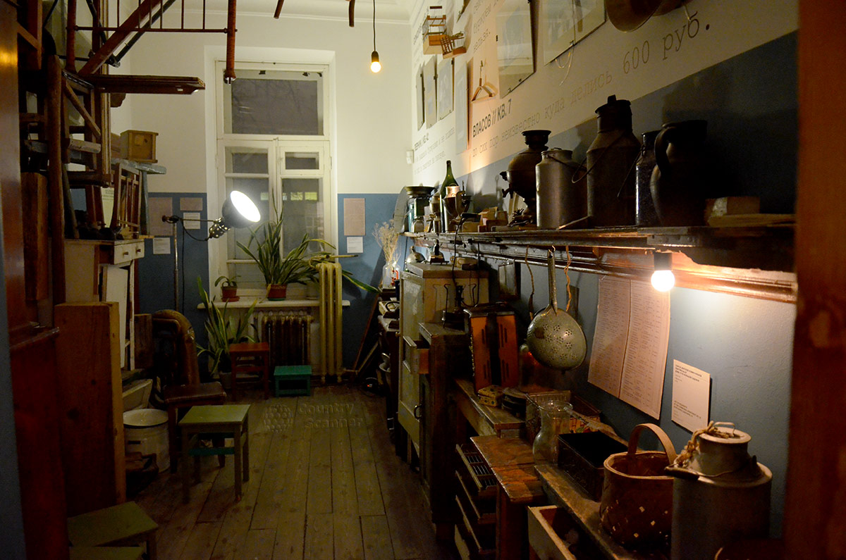 Интерьер кухни в музее Булгакова. Неимоверное количество старинных предметов быта.