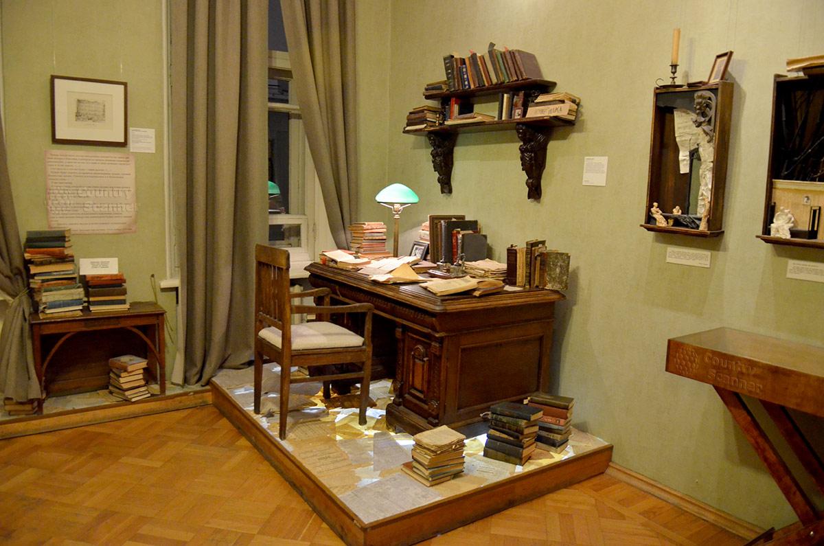 Писательский стол и всюду – книги. Музей Булгакова – Нехорошая квартира.