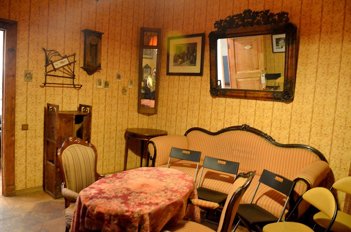 Помещение гостиной музея Булгакова. Старинная меблировка и стулья для посетителей.