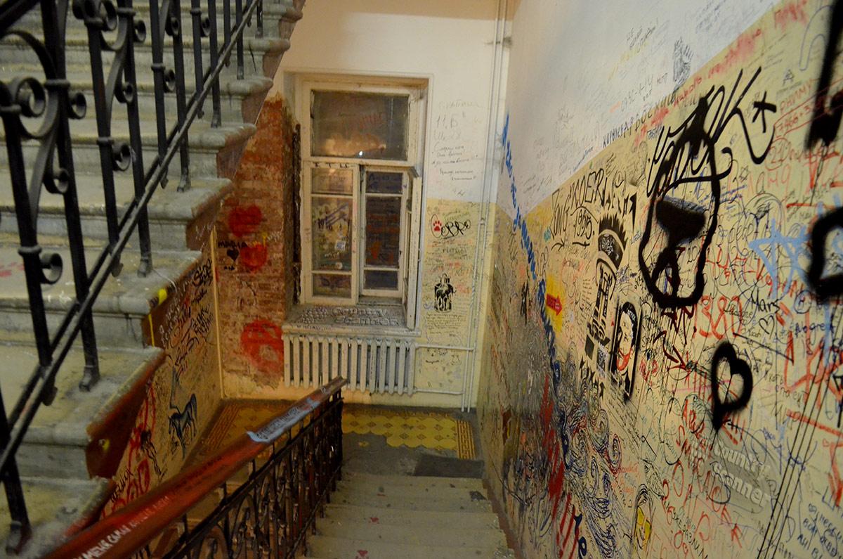 Музей Булгакова – расписанная лестничная клетка. Все, кроме рисунков, сохранено в первозданном виде.