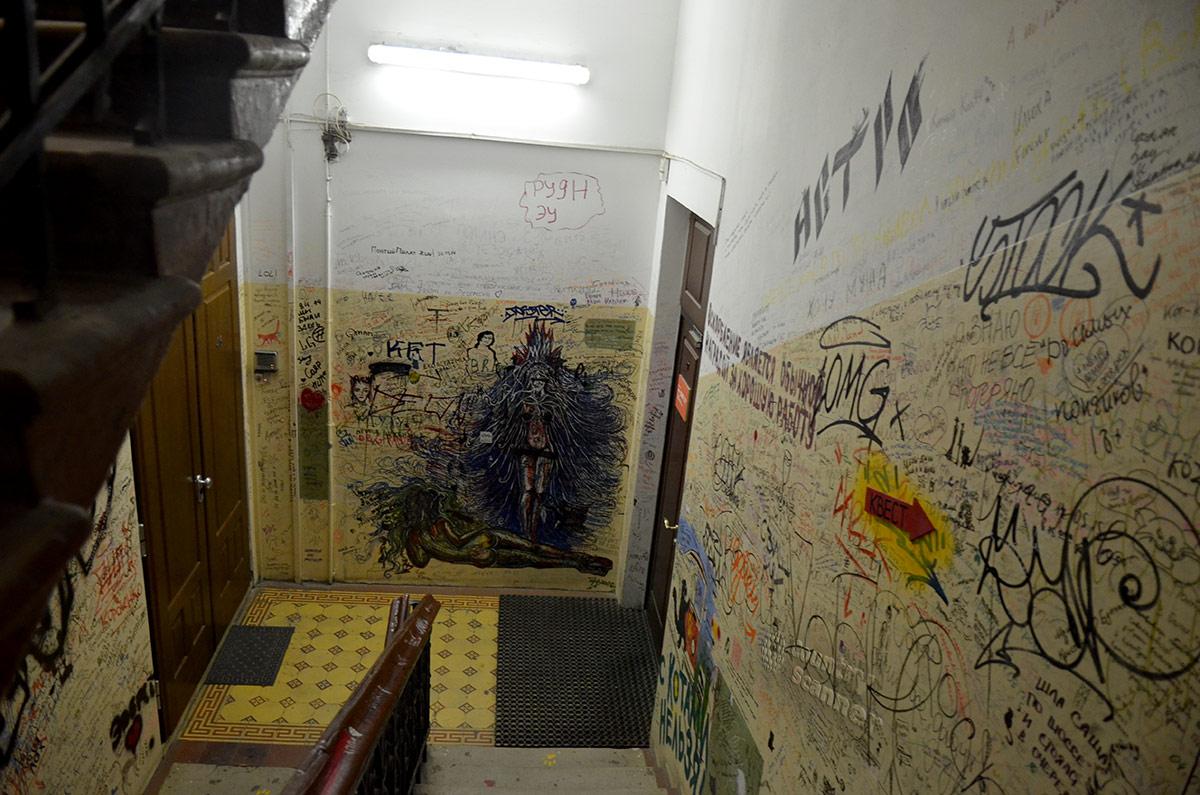Некоторые росписи привлекают внимание своей оригинальностью. Такие не стоит удалять при ремонтах в музее Булгакова.
