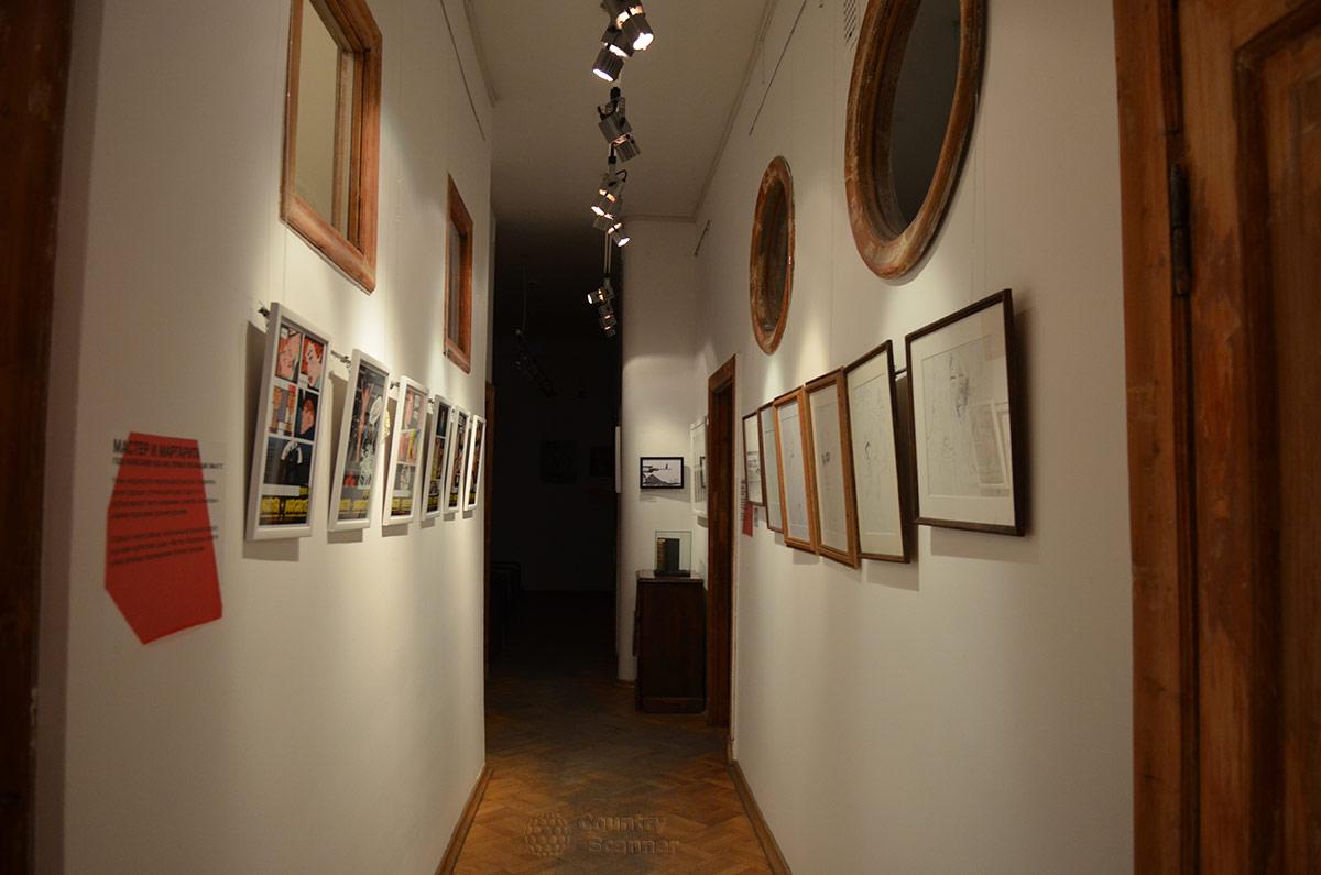Снова знакомый коридор с окнами разной формы в музее Булгакова. Конец посещения.