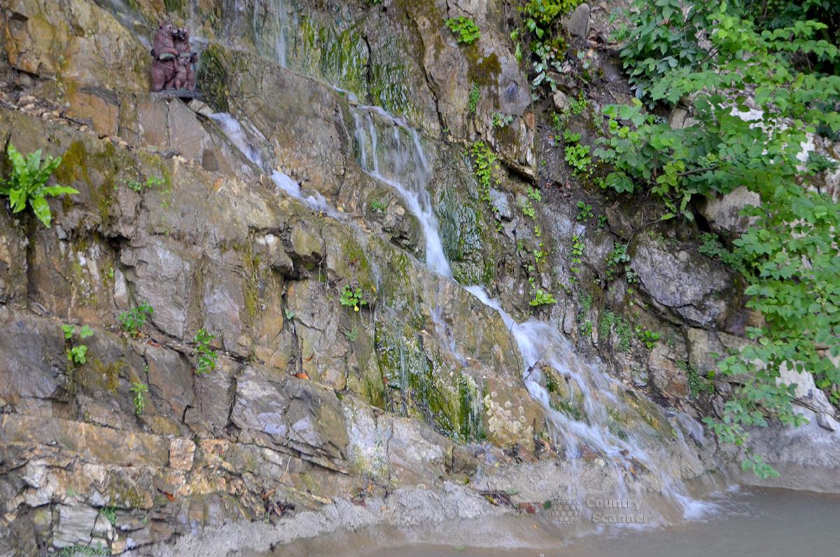 Водопад близ нарзанного источника Чвижепсе.