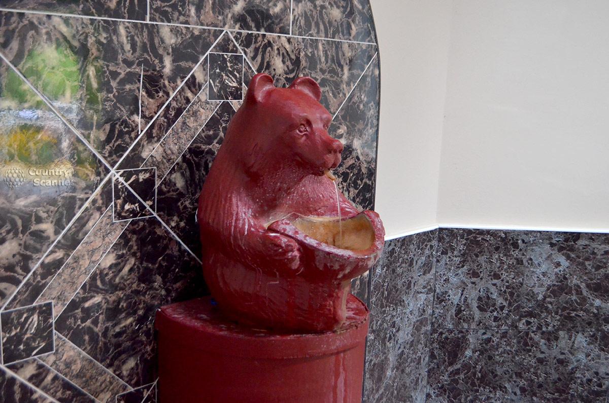Один из медведей в павильоне нарзанного источника Чвижепсе.