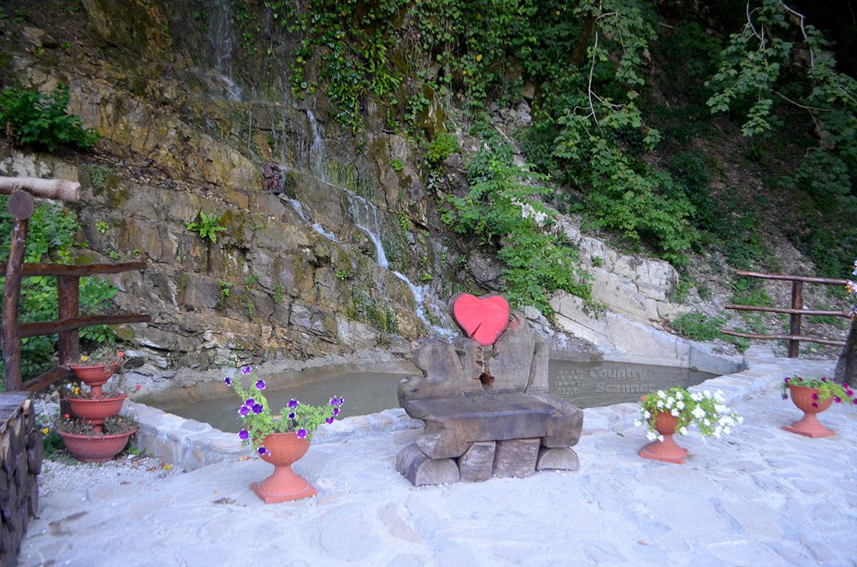 Нарзанный источник Чвижепсе. Скамья влюбленных возле бассейна у водопада.