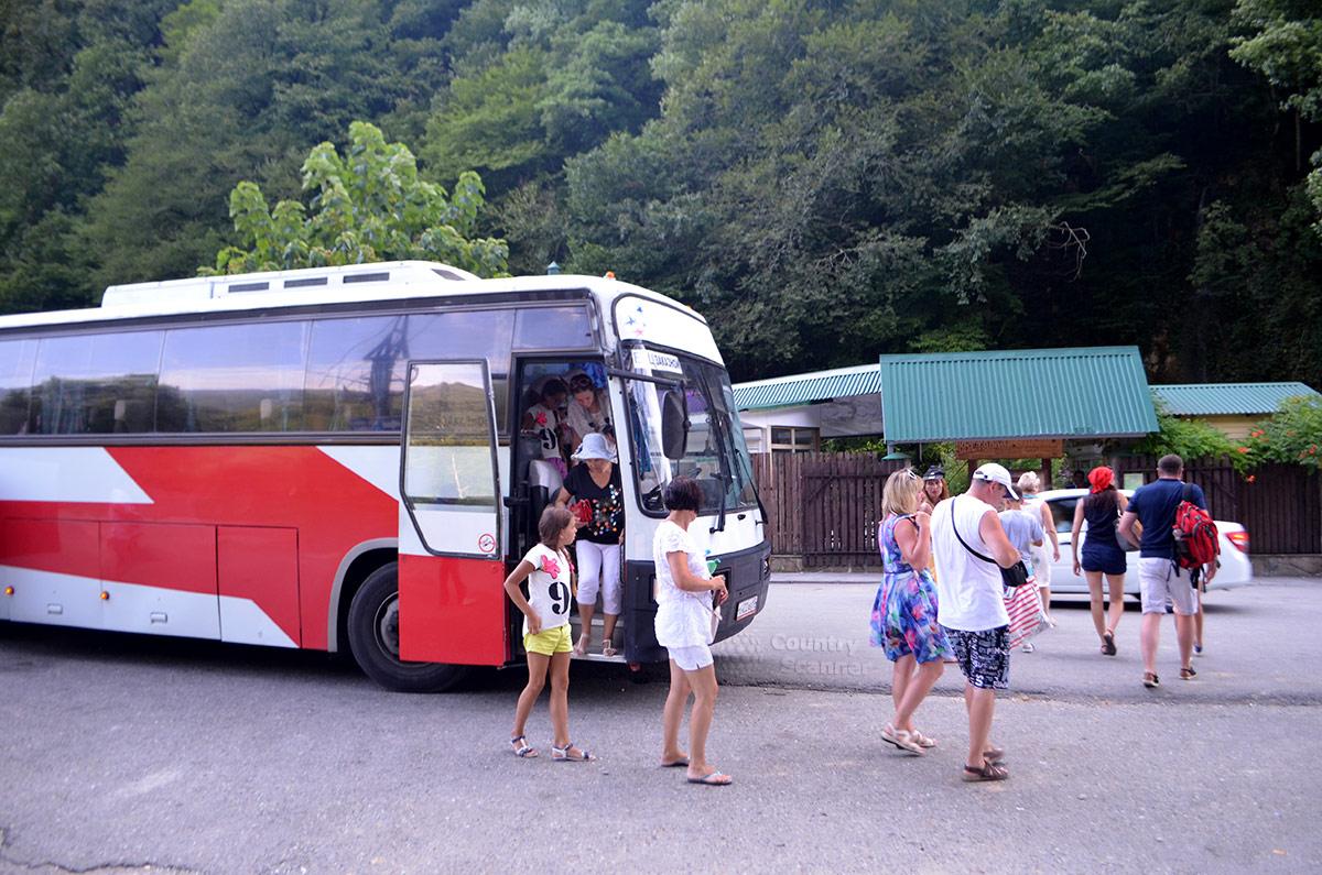 Нарзанный источник Чвижепсе. Очередная партия туристов прибыла на экскурсию.