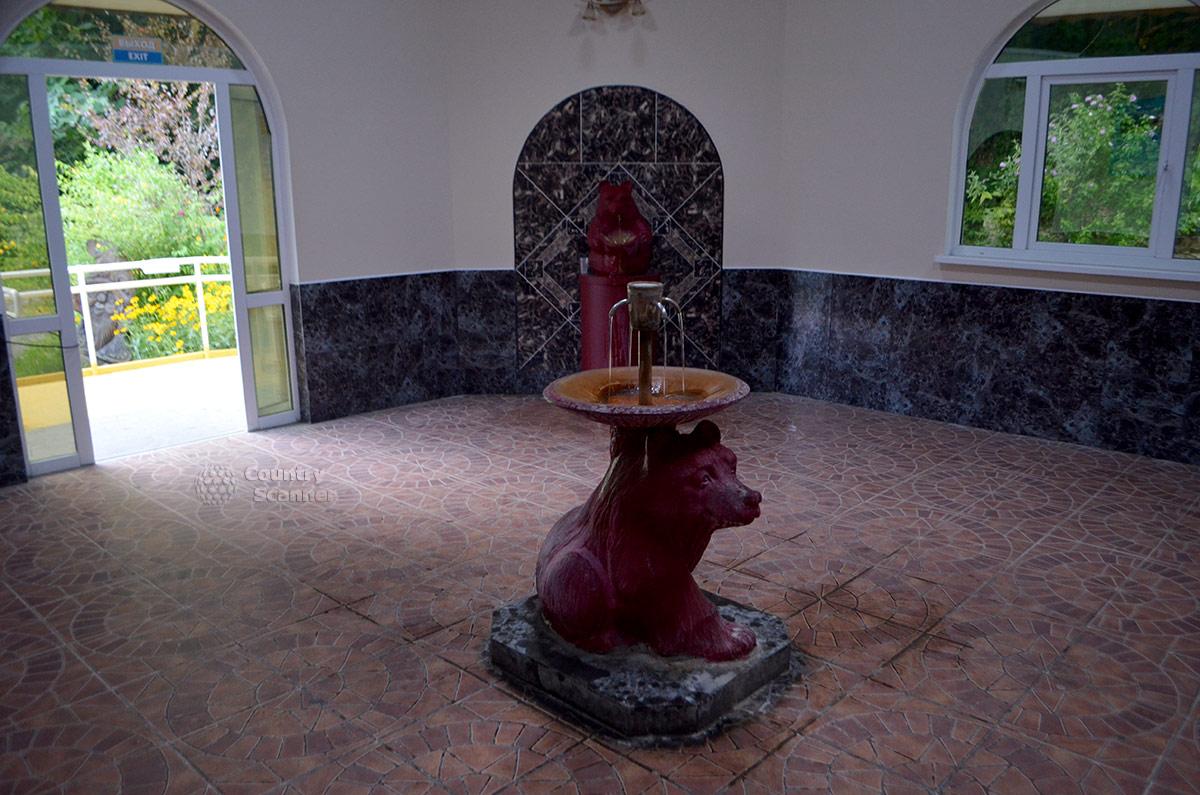 Внутри павильона нарзанного источника Чвижепсе. Медведи – поильцы.