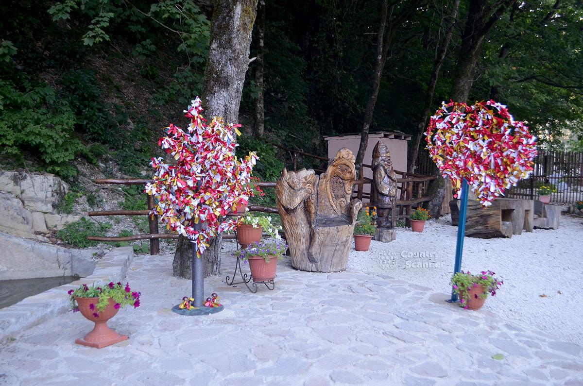Памятные лоскутки возле нарзанного источника Чвижепсе.