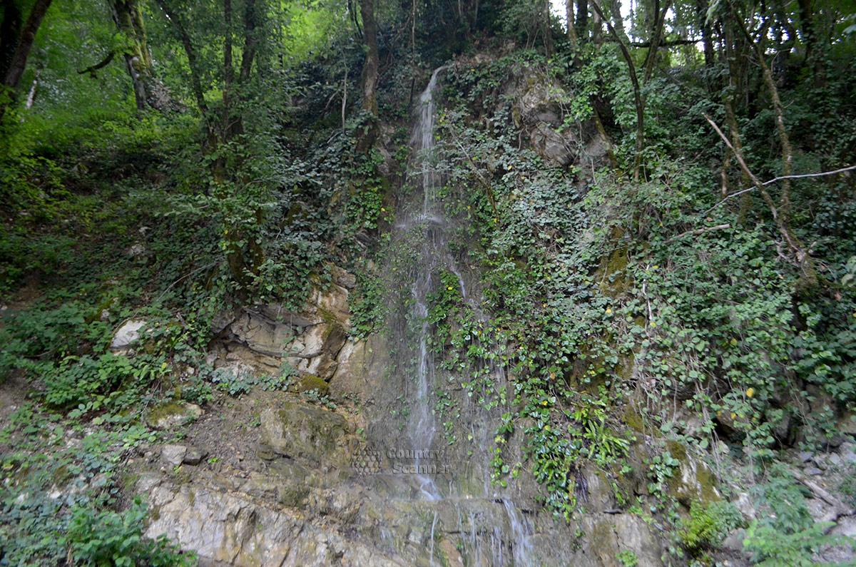 Нарзанный источник Чвижепсе. Вторая достопримечательность – местный водопад.