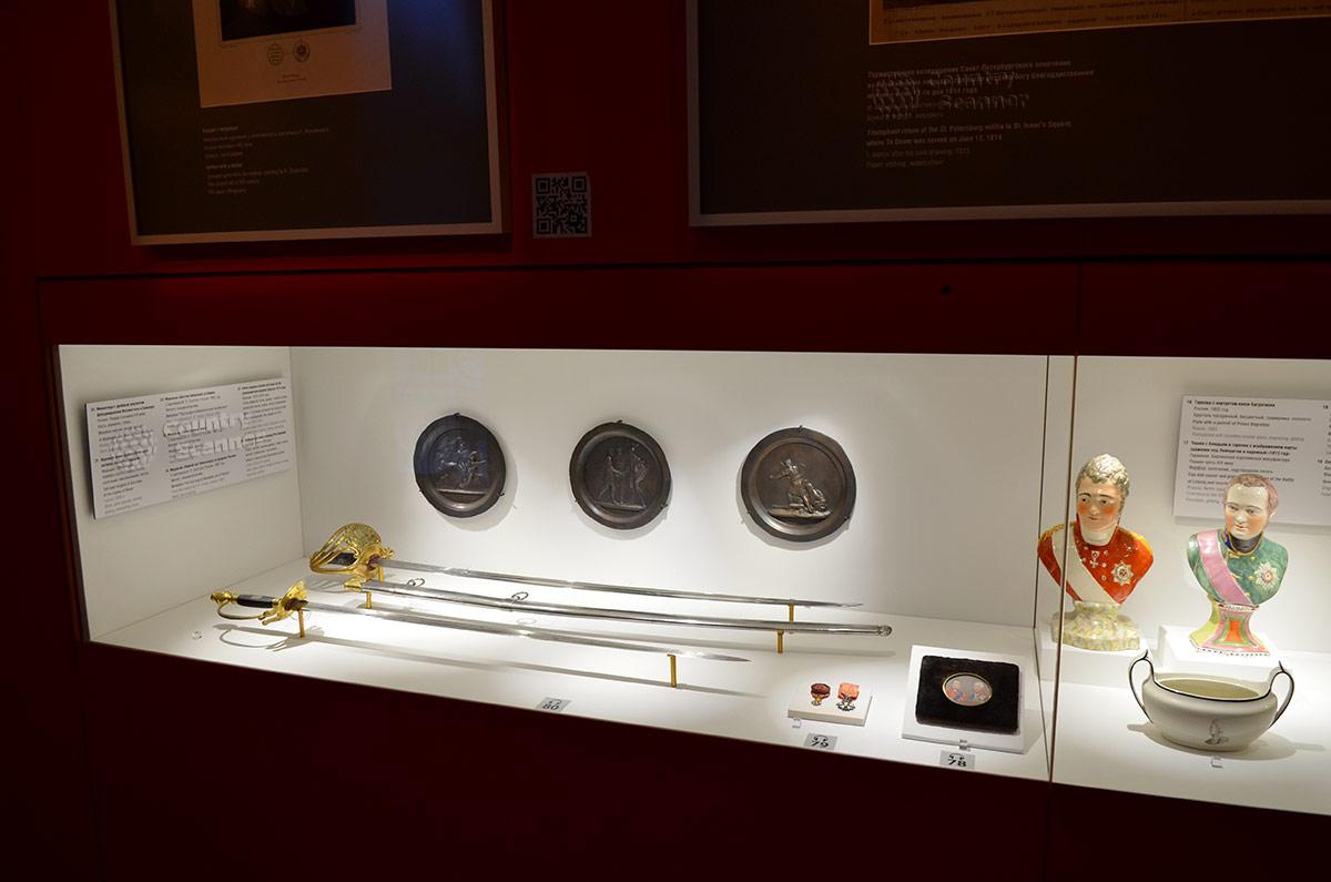 Стенд в музее бородинской панорамы. Парадное офицерское оружие, боевые награды и сувениры.