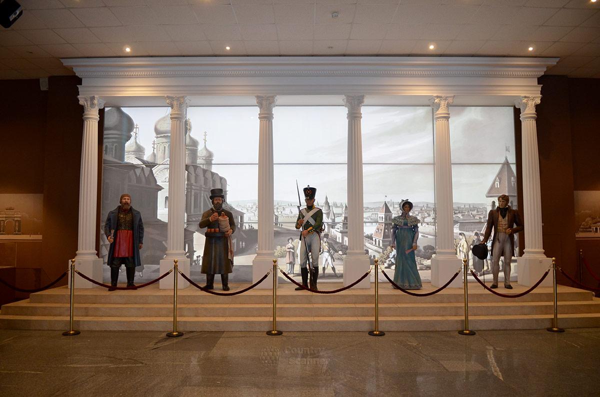 Бородинская панорама в Москве. Внутри здания посетителей встречают изваяния представителей всех сословий общества, в центре – русский солдат.