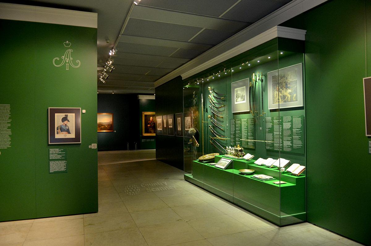 Музей бородинской панорамы. Витрина с холодным оружием, книгами и картинами. Здесь же ювелирные изделия наполеоновской эпохи.