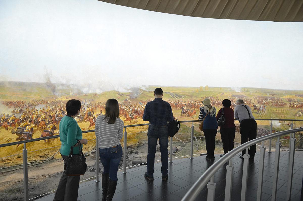 Посетители бородинской панорамы на смотровой площадке.