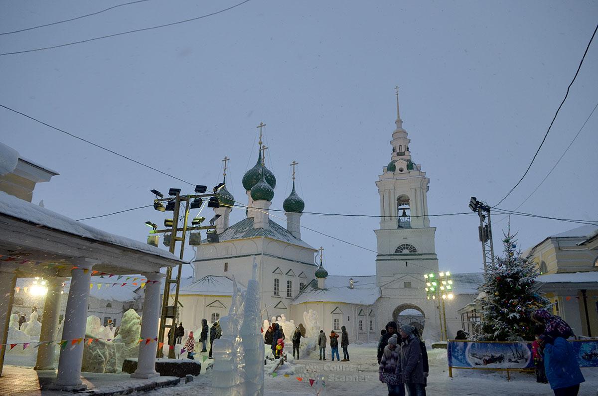 Новогодний ледовый городок во дворе церкви Спаса в Рядах в городе Костроме. Видны все храмовые сооружения.
