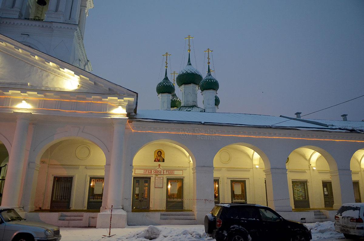 Церковь Спаса в Рядах соседствует с Красными торговыми рядами, а колокольня вообще встроена в комплекс.