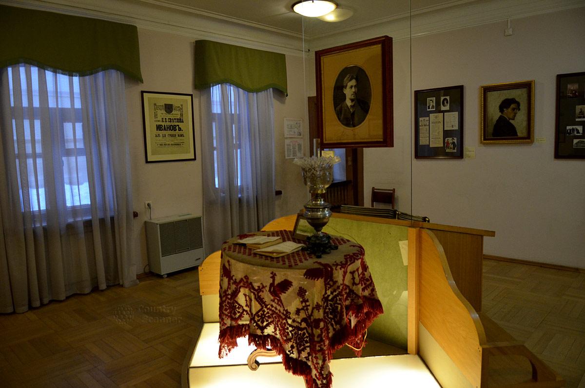 Историко-литературная экспозиция раннего творческого периода деятельности писателя и драматурга в доме-музее Чехова в Москве.