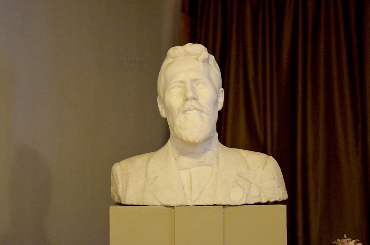 Одно из самых удачных изображений Чехова – скульптурный портрет, бюст работы известного ваятеля С. Коненкова в вестибюле дома-музея Чехова.