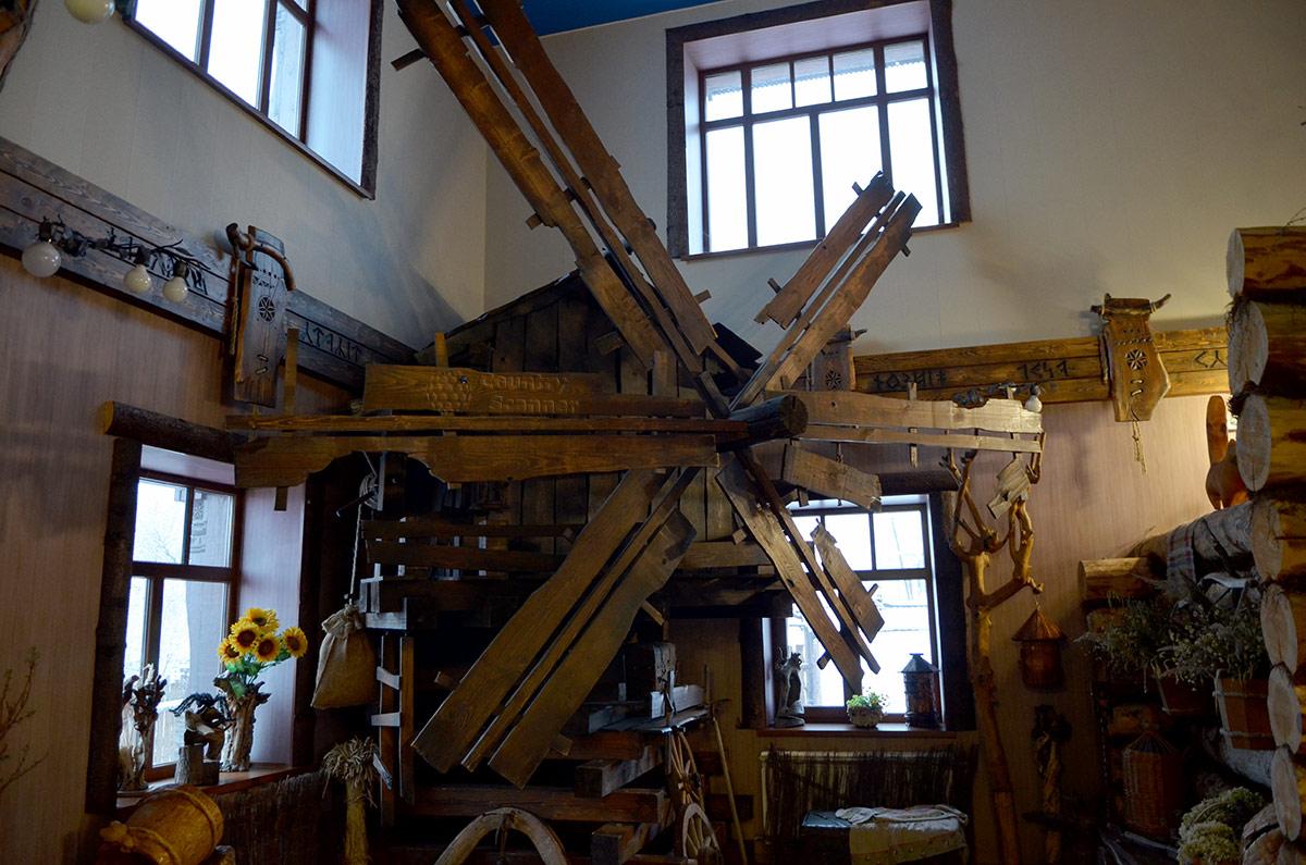 Мельница внутри музея Лес-Чудодей.